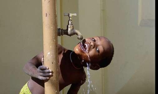 Bebiendo agua