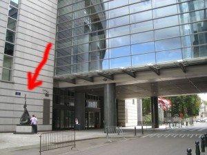 Aquí en la entrada tienen una estatua... ¿qué será?