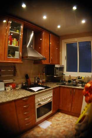 Cocina con 8 lámparas halógenas dicroicas (gastando 400W).